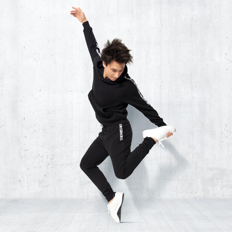 Julien Bam: YouTuber Julien Bam posiert in seiner neuen Modekollektion mit ALDI SÜD