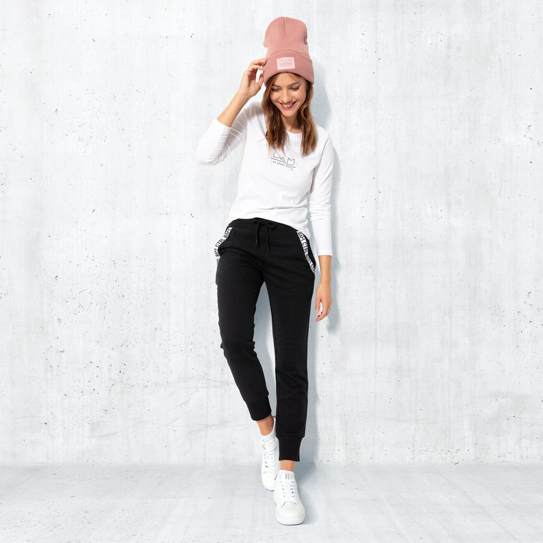 Julien Bam: Model trägt Jogginghose, Longsleeve und Mütze aus Julien Bams Modekollektion