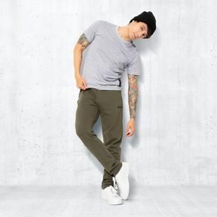 Julien Bam: Julien Bam posiert in seiner Modekollektion