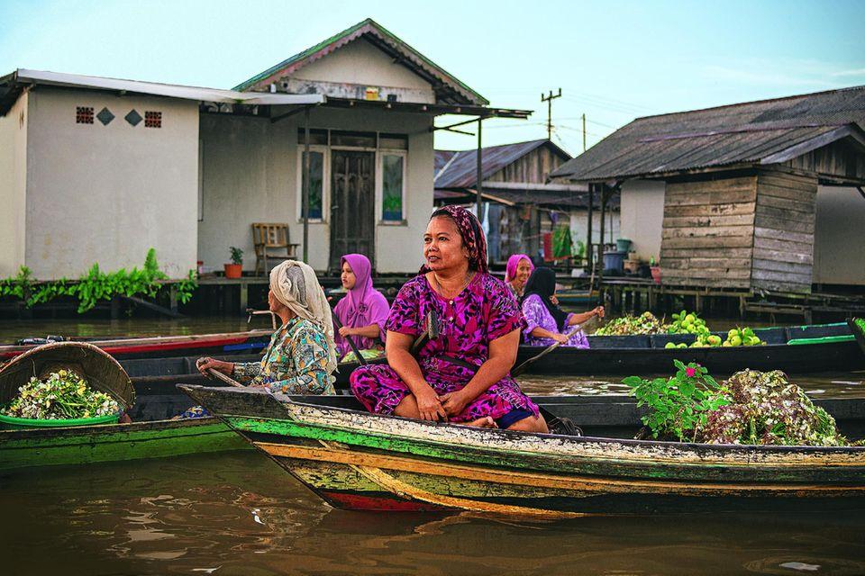 Reisetipps Borneo: Wie aus einer anderen Zeit: Händlerinnen auf dem schwimmenden Markt