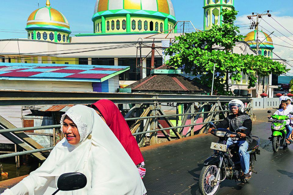 Reisetipps Borneo: Wie aus einer anderen Zeit: Menschen auf Mopeds