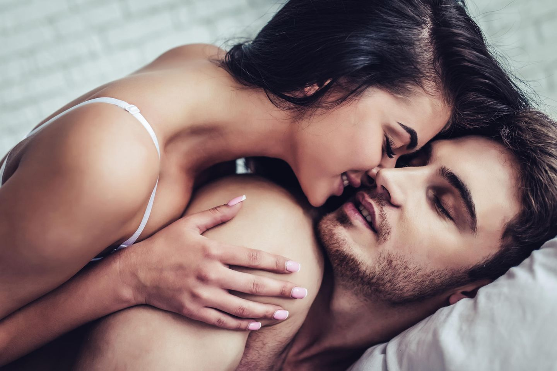 Sex verzögert Menopause: Paar im Bett