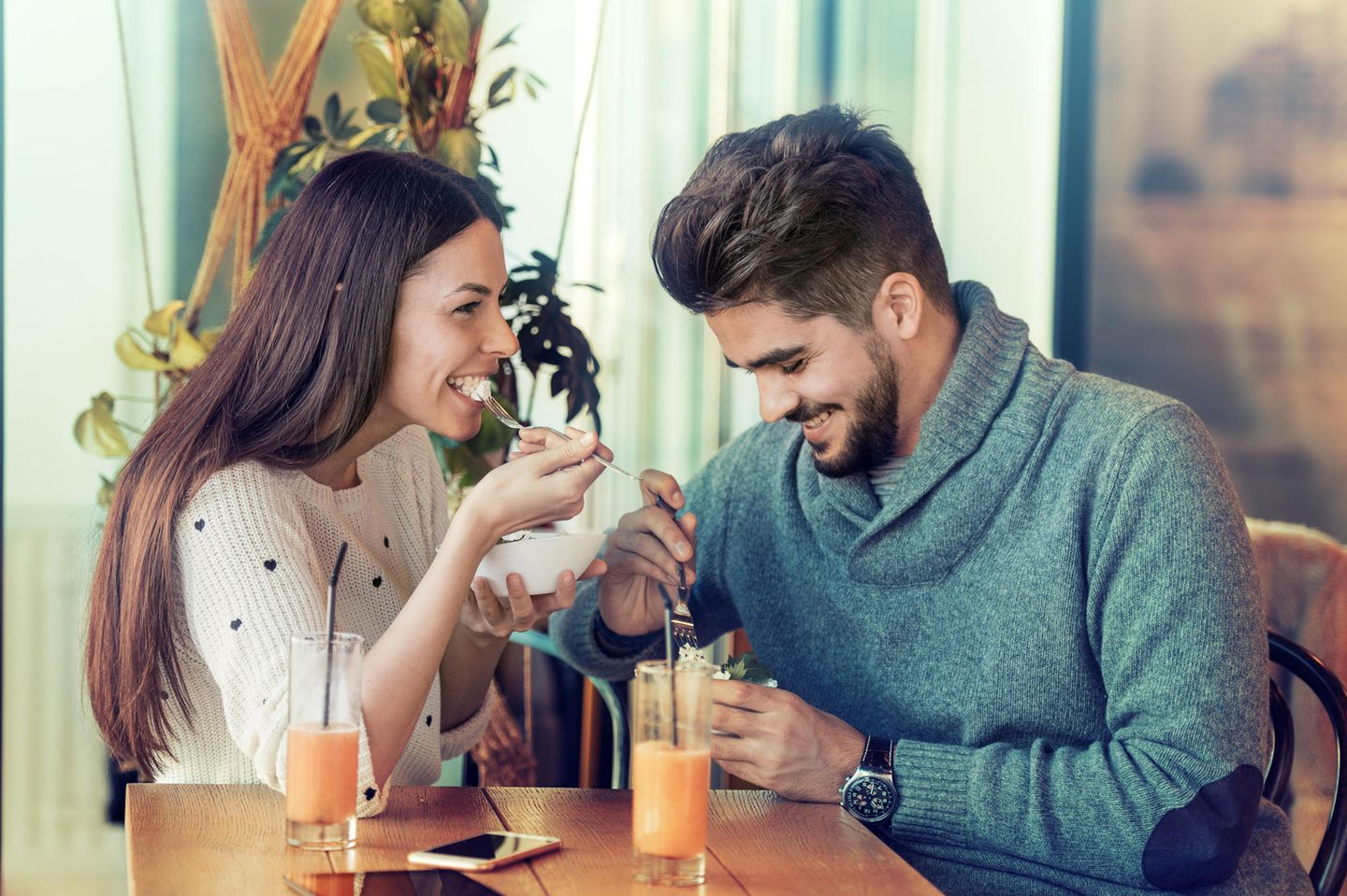 Was ist Casual Dating? Ein fröhliches Paar beim Casual Dating