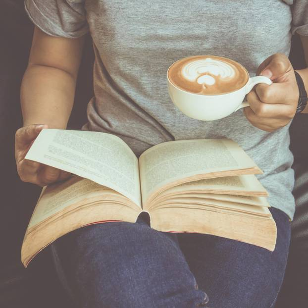 Buchempfehlungen der Blogger: Frau mit Kaffee und Buch