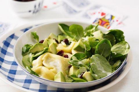 Feldsalat mit marinierten Tortelloni