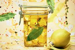 Eingelegter Feta mit Zitrone, Chiliflocken und Thymian
