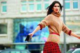 Modetrend Bourgeoisie: Alles andere als spießig! Strickpullover über Midikleid