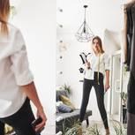 5 Fehler, die selbstbewusste Frauen immer wieder machen: Eine selbstbewusste Frau steht vor dem Spiegel