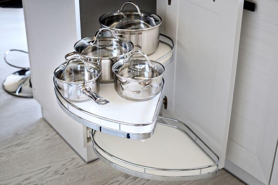 Küche organisieren: Drehregal mit Töpfen