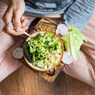 Horoskop: Eine Frau mit einer Schüssel Salat