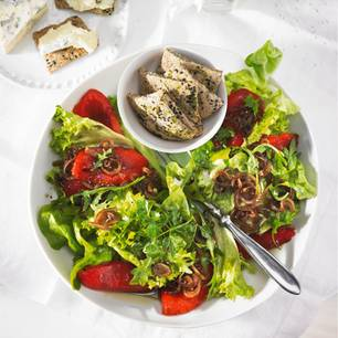 Grüner Salat mit Paprika und Knäckebrot