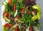 Blattsalat mit Kräutern und Artischocken