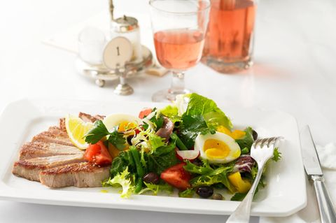 Salade niçoise mit Tunfisch-Steaks