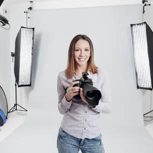 Fotografin steht in ihrem Studio