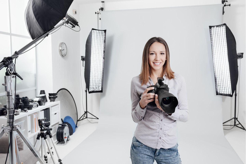 Fotograf: Fotografin steht in ihrem Studio