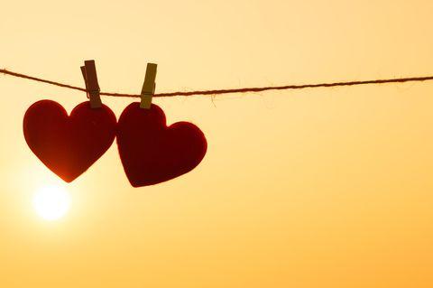 Zwei Herzen an Wäscheleine