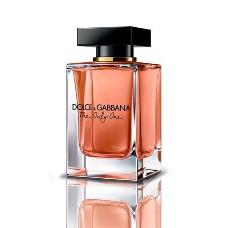 Wir lieben nicht nur Emilia Clarke, die das Kampagnengesicht für diesen Duft war, sondern auch das Parfum. Mit Noten von Veilchen und Kaffee verdreht es uns glatt das Näschen. The Only One ist für sinnliche und unabhängige Frauen geschaffen. Perfekt, um es am Valentinstag zu tragen und den Abend zu rocken!