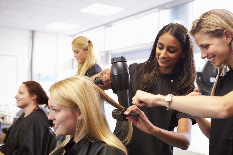 Friseur: Friseure bei der Arbeit