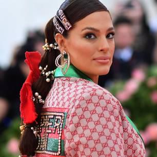 veraltete Trends: Ashley Graham trägt auf der Met Gala 2019 Haarspangen von Gucci