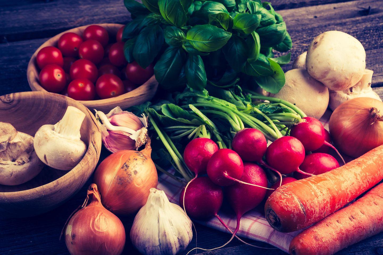 Verschiedenes Gemüse auf Holztisch