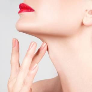 Speiseröhrenriss: Frau fasst sich an den Hals