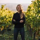Juliane Eller in einem Weinstock