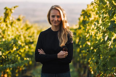 Juliane Eller in einem Weinstock