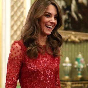 BeimEmpfang anlässlich des 'UK Africa Investment Summit' im Buckingham Palast zeigt Kate mal wieder, dass sie eine echte Glamour-Queen ist. Das rote Midikleid der Marke Needle & Thread' ist über und über mit perlen bestickt und passt einfach perfekt zum Anlass.