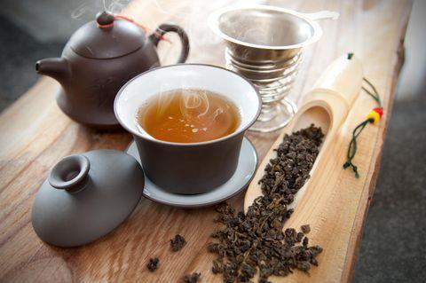 Oolong Tee: Tee in Tasse neben Kanne