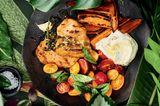 Seitan-Steak mit bunten Tomaten und Süßkartoffel-Wedges