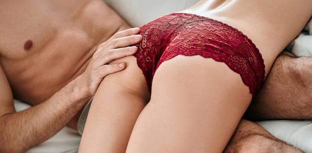 Spanking: Ein Mann versohlt seiner Partnerin den Hintern
