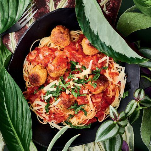 Soja-Hackbällchen auf Spaghetti Pomodoro