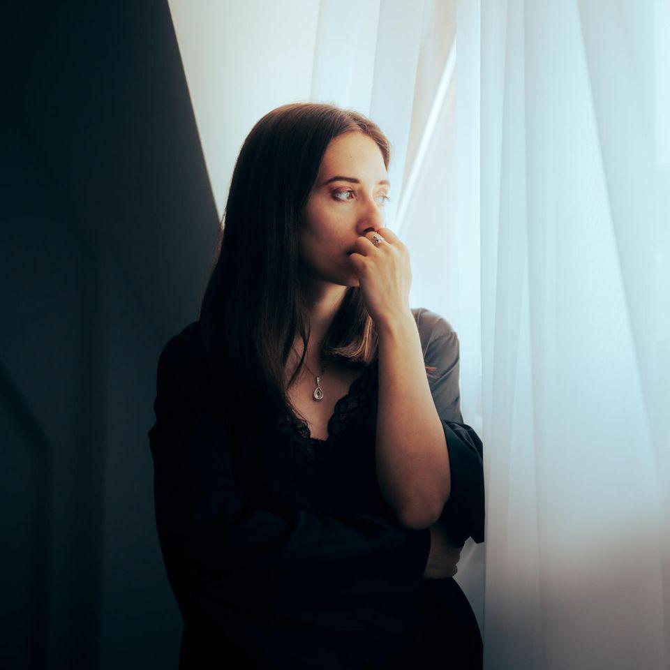 Verlustangst erkennen und überwinden: Frau umarmt Mann