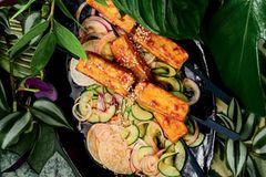 Sweet-Chili-Tofu auf Gurkensalat