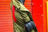Frau mit grünem Mantel und Half Bun