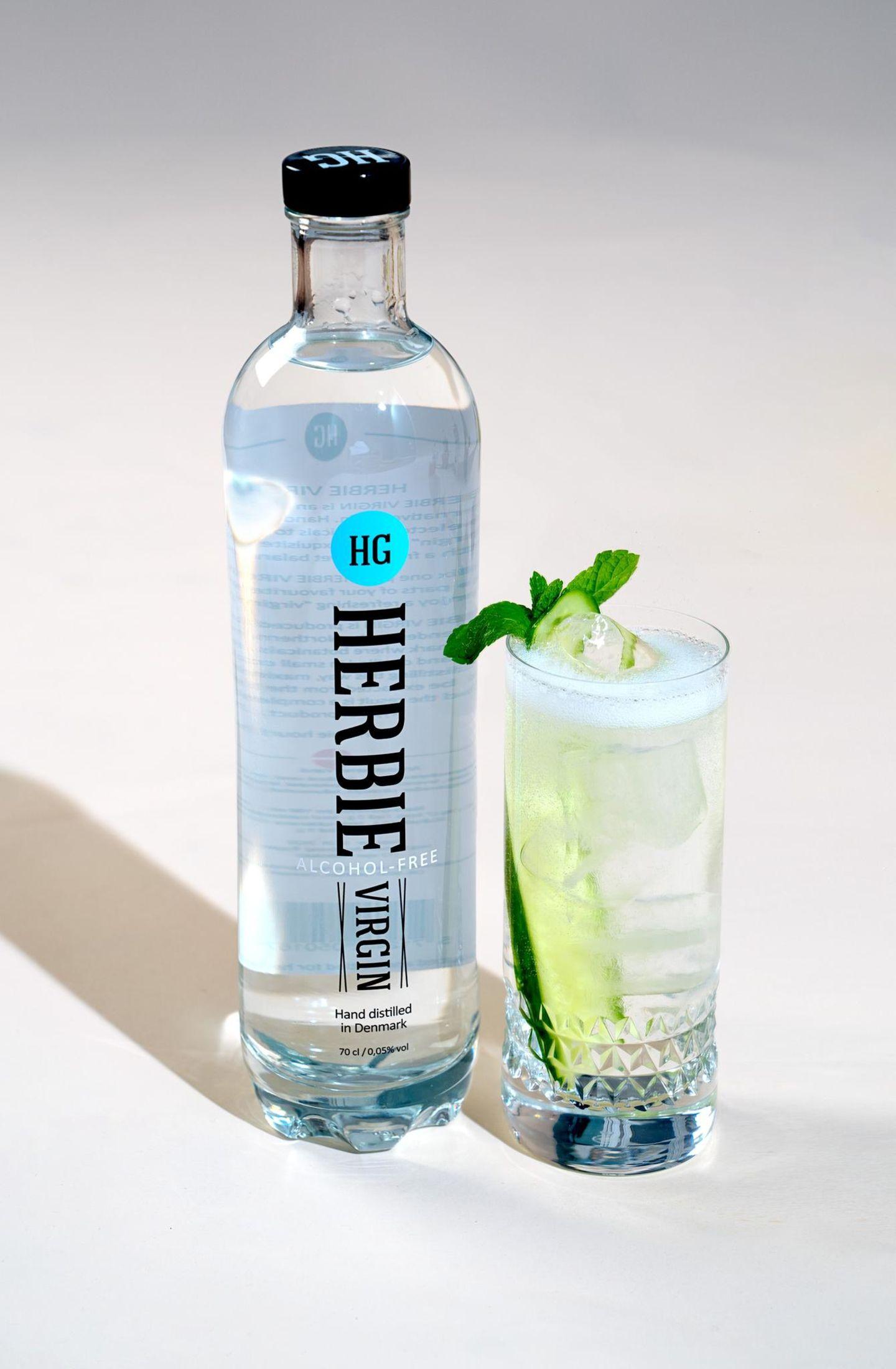Auf unseren geliebten Gin Tonic zu verzichten fällt uns mit dieser Alternative auf einmal gar nicht mehr so schwer:  4cl Herbie Virgin  Dry Tonic Water  Einfach wie gewohnt den Virgin Gin mit Tonic in ein Glas geben und nach Belieben mit Minze, Gurke oder Zitrone garnieren.
