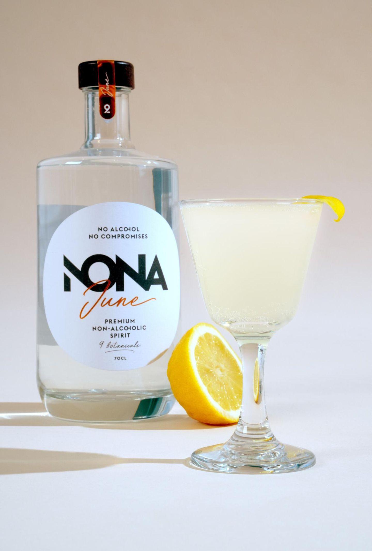 Einst von der britischen Royal Navy getrunken, heben auch wir unsere Gläser auf diese alkoholfreie Variante des Bar-Klassikers:  6cl Nona June  2cl Lime Cordial  Beide Zutaten in ein Glas geben, mixen, Eiswürfel dazugeben und gekonnt mit Zitrone garnieren.