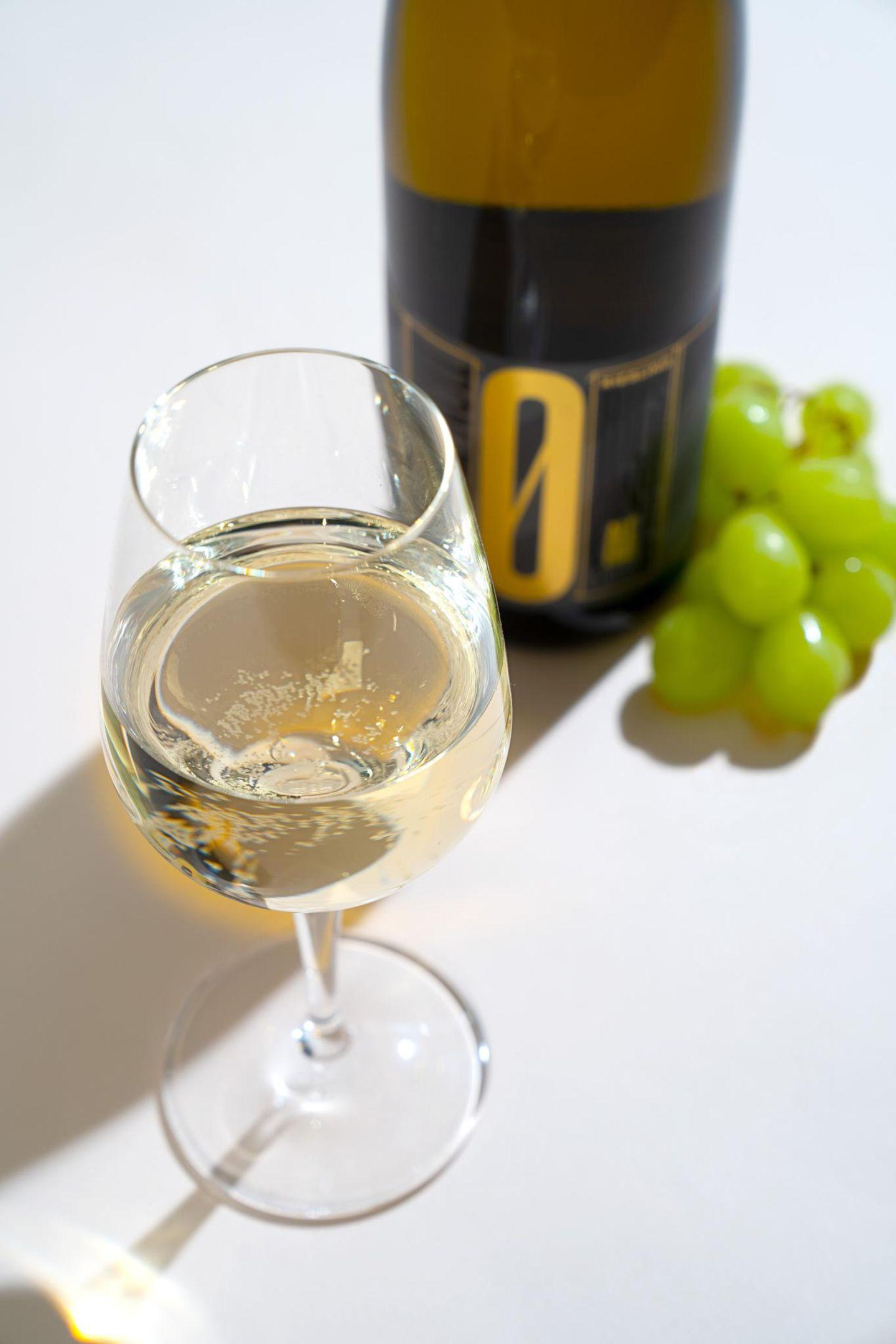 Wenn es nicht unbedingt ein Abend zum Ausgehen mit viel Trara sein muss, reichen oft auch eine tolle Freundin und ein guter Wein. Dieser tolle Weißwein macht es uns sogar ganz einfach und kommt ohne Alkohol und Kopfschmerzen aus. We like!