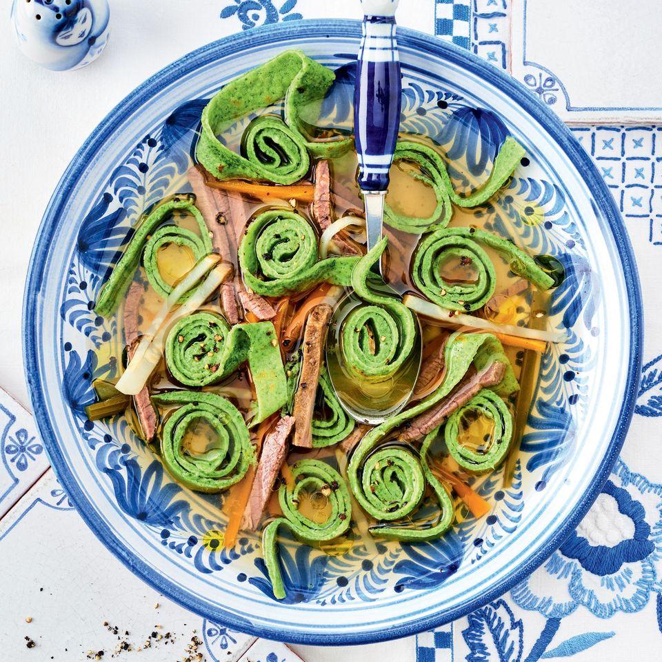 Flädle-Suppe mit Tafelspitz, Fleischbrühe und deftigem Gemüse