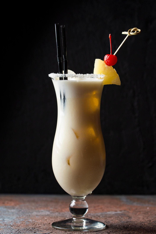 """Mit""""Escape"""" von Rupert Holmes in den Ohren bereiten wir singenderweise die alkoholfreie Variante des Cocktail-Klassikers zu:  75g Vollmilchjoghurt  100ml ungesüßte Kokosmilch  100ml Ananassaft  1 TL flüssiger Honig  1-2 EL Limettensaft  Alle Zutaten mit einem Schneebesen gut verrühren und in ein Glas geben, bevor wir Eis hinzugeben. Nach Belieben mit Zuckerrand, Ananas, Kirsche, Fähnchen oder Feenstaub verzieren."""