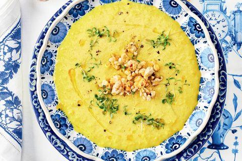 Maissuppe mit Curry, Knoblauch und Chili-Popcorn