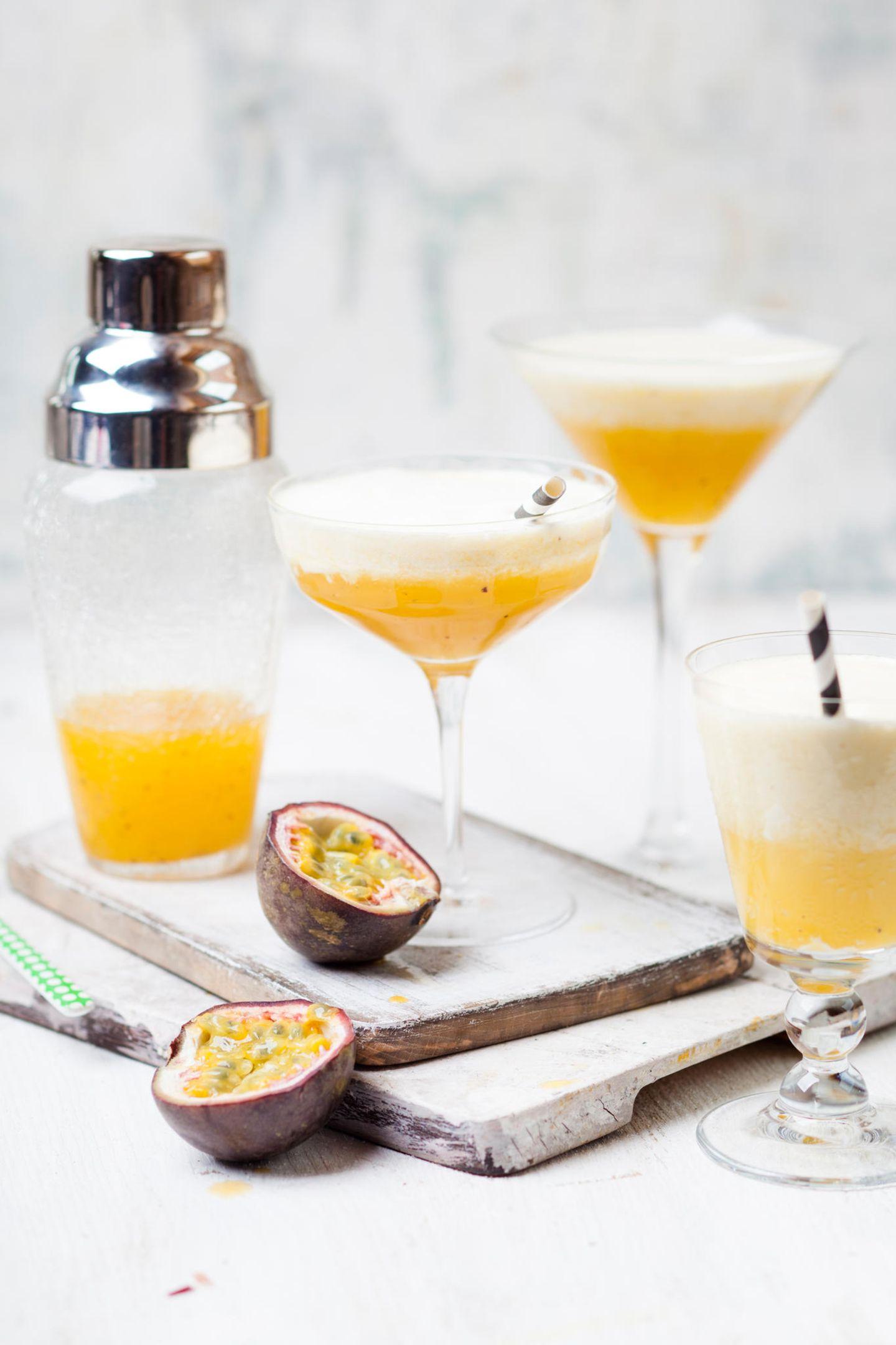 So einfach wie auch erfrischend kommt dieser Cocktail daher:  75ml Maracuja-Nektar  50ml Ananassaft  50ml Organgensaft  1 EL Zitronensaft  Mineralwasser  Maracuja-Nektar mit Ananas-, Orangen- und Zitronensaft mixen und in ein Glas geben. Optional: Glas vorher zur Hälfte mit Eiswürfeln füllen. Danach mit Mineralwasser aufgießen und nach Belieben verzieren.