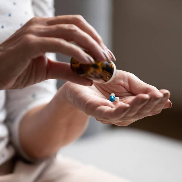 Opium gegen Schmerzen? Wir fragen den Schmerztherapeuten: Frau mit Tabletten
