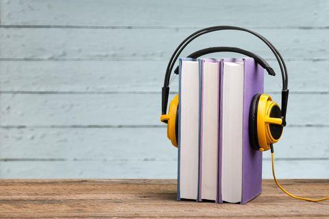 Stapel Bücher mit Kopfhörern