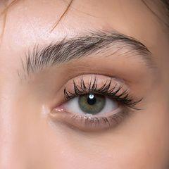Geschwungene Wimpern: Nahaufnahme eines Auges mit langen, geschwungenen Wimpern