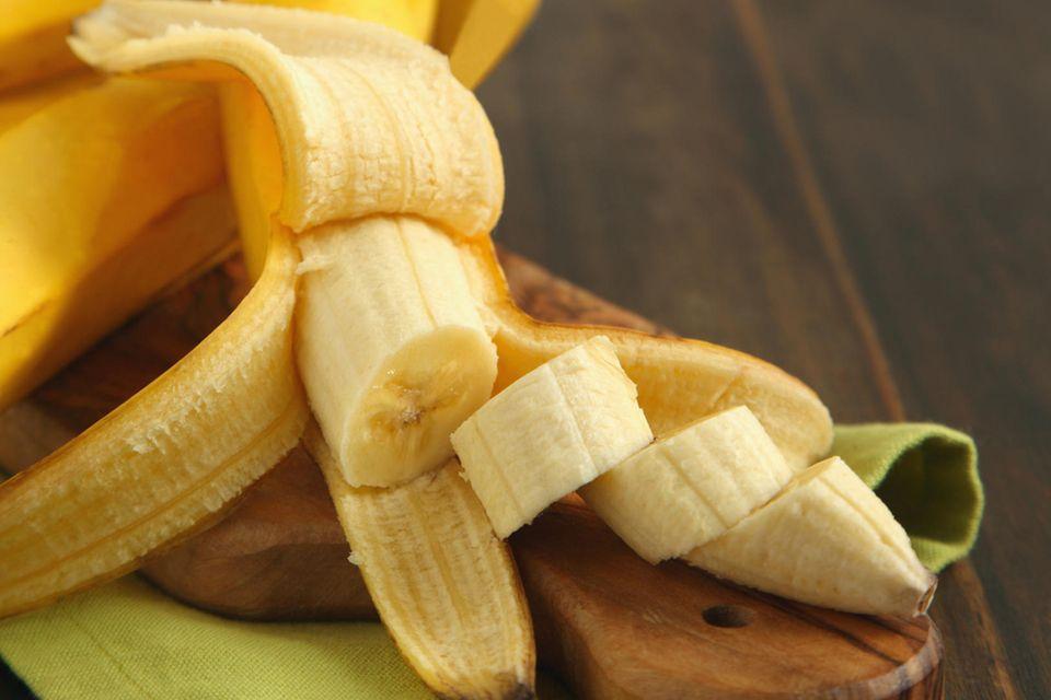 Aufgeschnittene Banane auf Brett