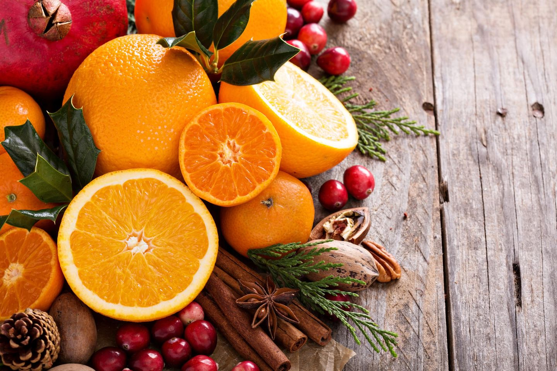 Orangen und andere Früchte und Nüsse auf Holztisch