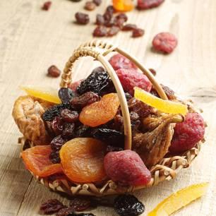 Korb mit diversem getrocknetem Obst