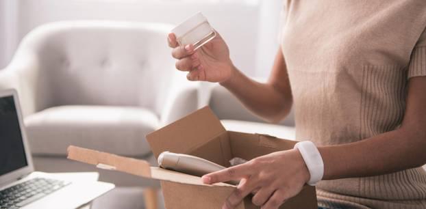"""""""Kosmetik-Verpackung recyclen: Wird daraus wieder ein Tigel?"""": Frau mit Cremetiegel"""