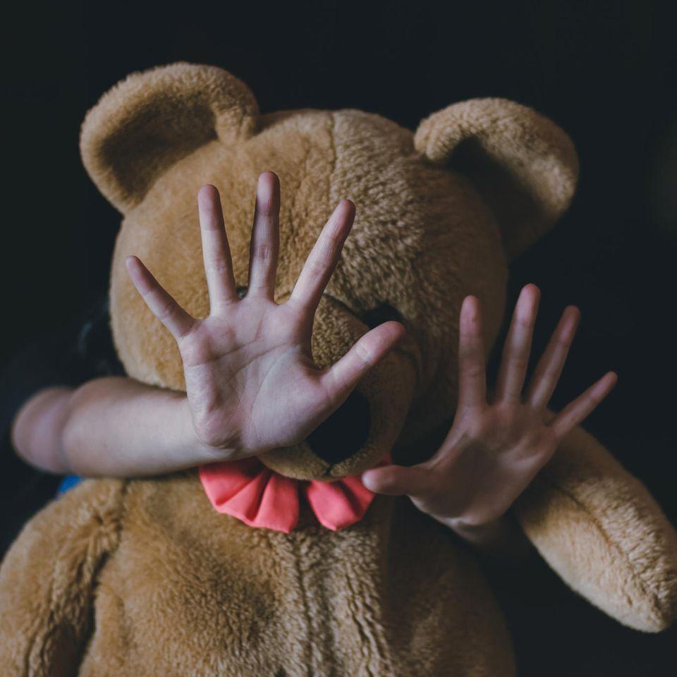 Julie Cordua: Ihr Kampf gegen Kindesmissbrauch: Kind versteckt sich hinter Teddybär